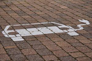Elektroauto-Piktogramm auf Parkplatzpflaster