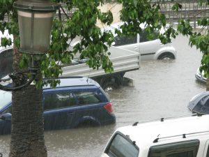 Parkende Autos bei Unwetter und Hochwasser