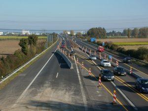 Autobahn mit Umleitungsspur wegen Baustelle