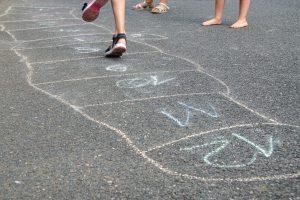 Kinder beim Hüpfspiel