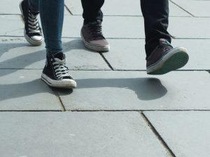 Fußgänger auf Pflaster