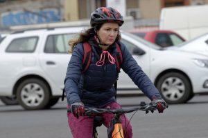 Frau auf Fahrrad im Stadtverkehr
