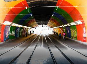 Tunnel mit Straßenbahnschienen und Fahrradfahrern