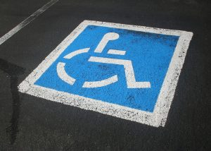 Parkplatz mit Rollstuhlsymbol