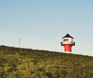 Deich mit Leuchtturm